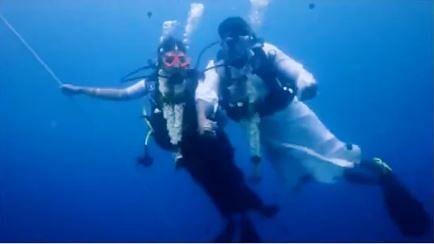 حیرت انگیز! سمندر کے اندر 60 فیٹ گہرے پانی میں ادا ہوئی شادی کی رسم، دیکھیں ویڈیو