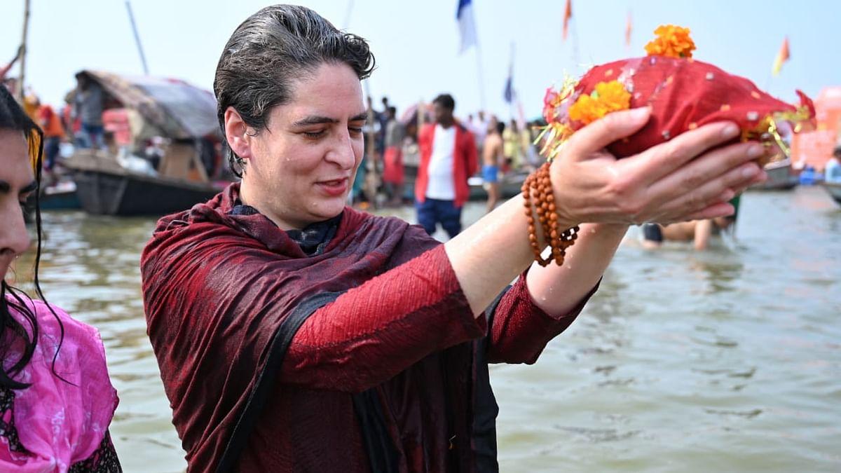 پریاگ راج: پرینکا گاندھی نے 'سنگم' میں لگائی عقیدت کی ڈبکی