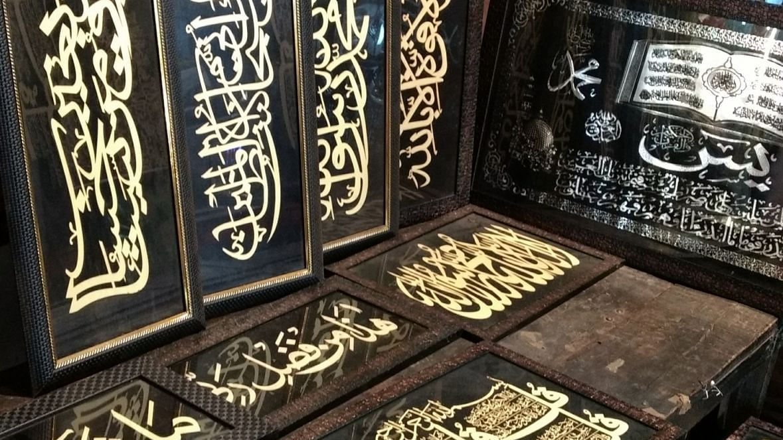 حیدر آباد: مسجد کی دیواروں پر قرآنی آیتیں نقش کر رہا ہندو شخص!