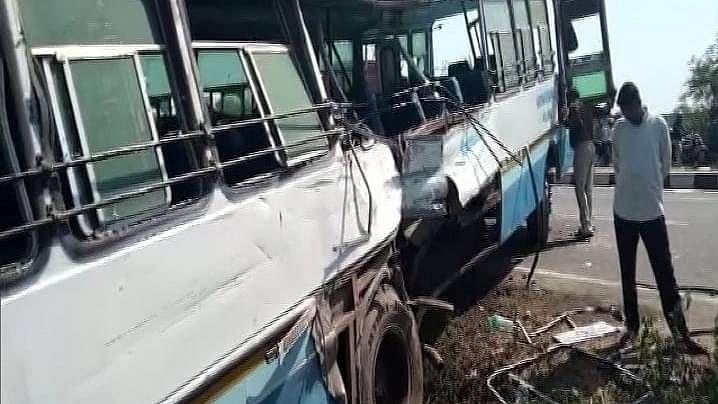 علی گڑھ میں دو بسوں میں تصادم، 4 افراد ہلاک، 30 زخمی