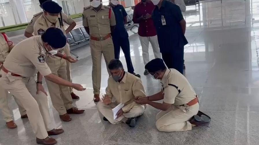 پولیس کی جانب سے چندرابابو کو ملا نوٹس، بطور احتجاج ایرپورٹ کے فرش پر ہی بیٹھ گئے
