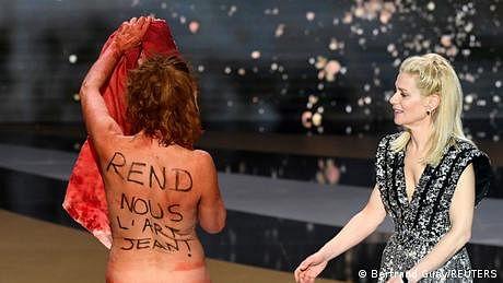کورونا پابندیوں کے خلاف احتجاج، اداکارہ نے کپڑے اتار دیے