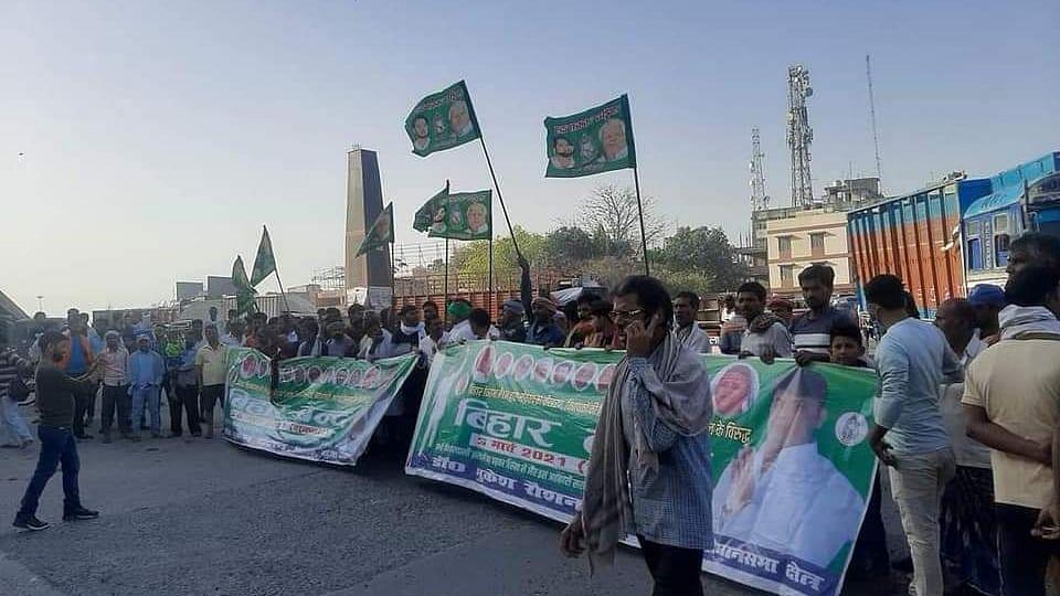 کسان تحریک: بہار میں کسانوں-آر جے ڈی کے 'بھارت بند' کا آغاز