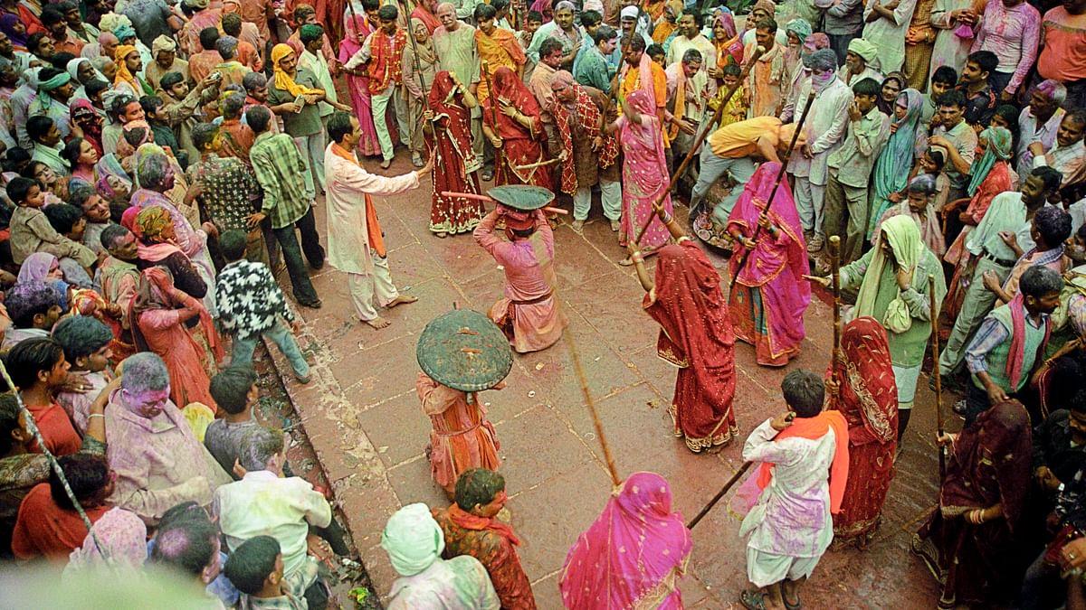 متھرا: برسانا میں آج 'لٹھ مار' ہولی، خواتین مردوں پر برسائیں گی لاٹھیاں