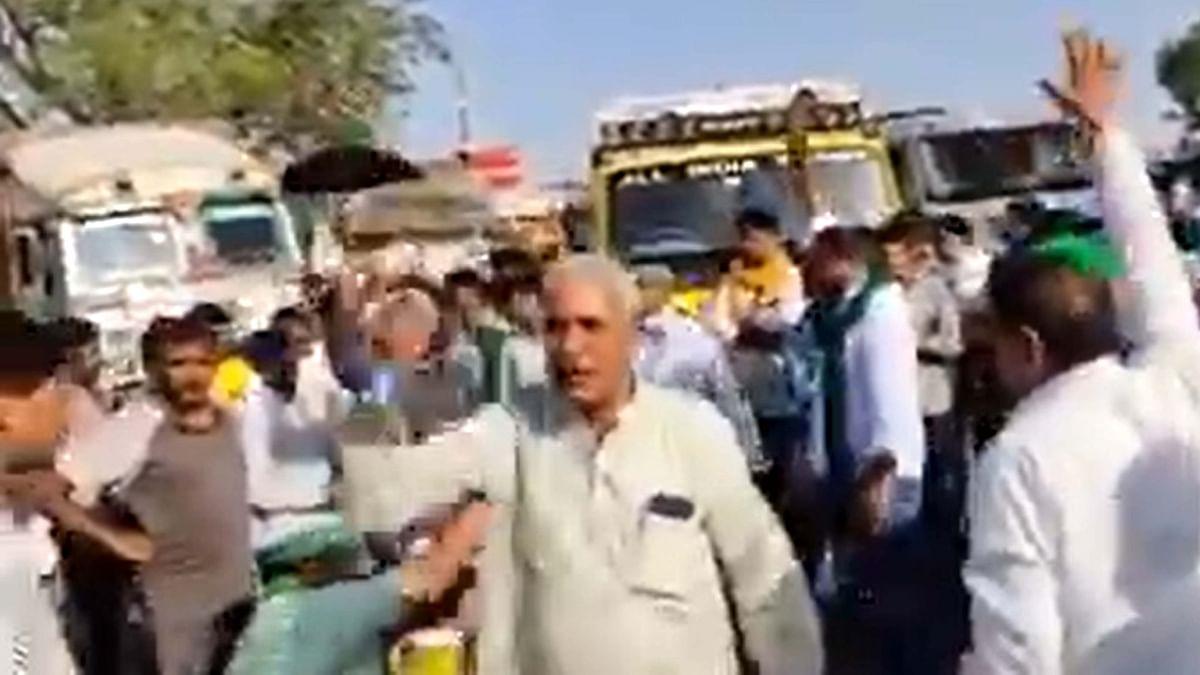 راکیش ٹکیت پر حملہ: مشتعل کسانوں کا شاہراہ جام کر کے احتجاج