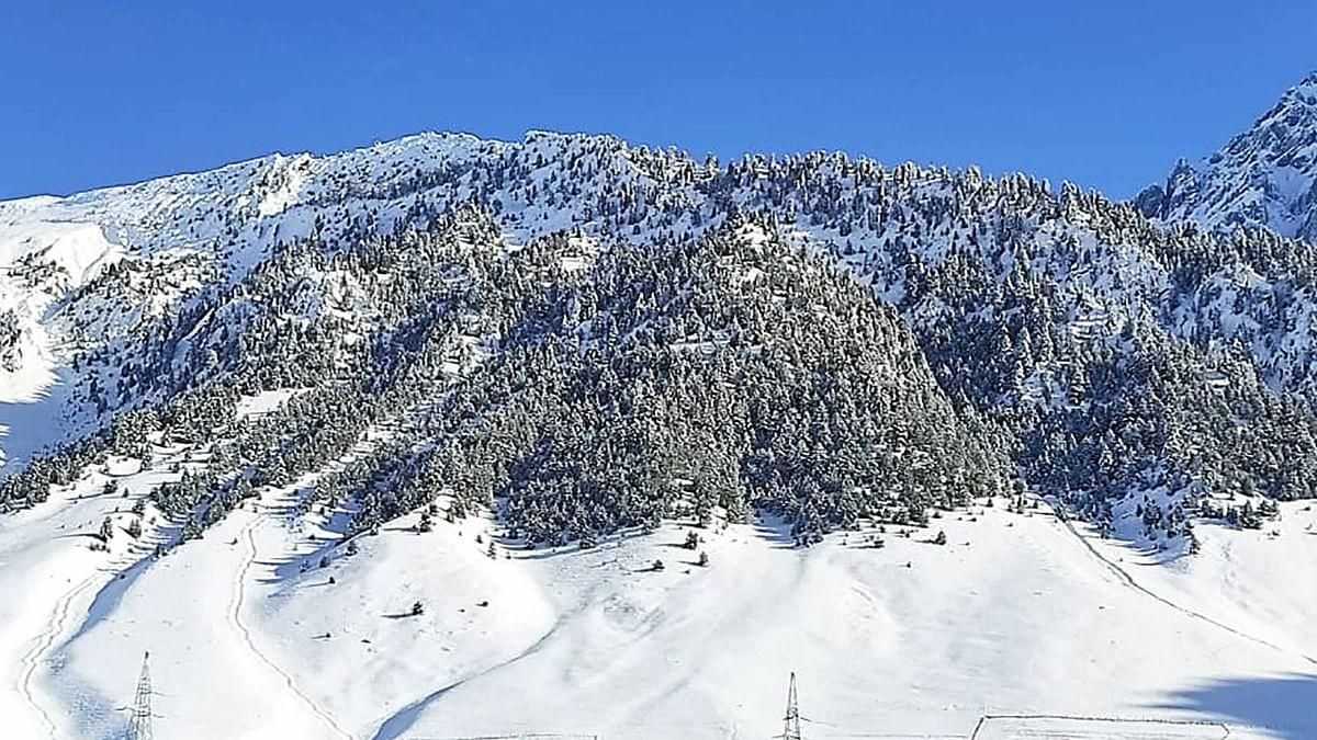 کشمیر میں برف و باراں سے شبانہ درجہ حرارت میں کمی، موسم بہتر ہونے کا امکان