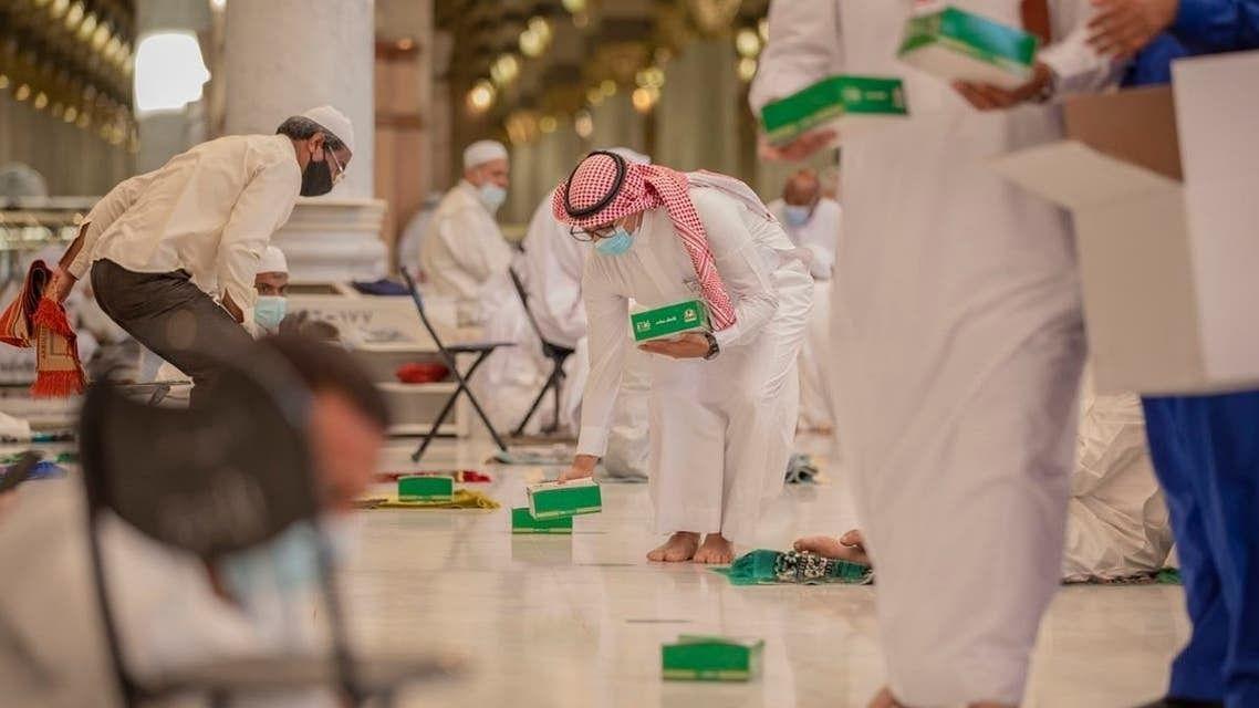 کورونا وبا کے دنوں میں روزہ دار مسجد حرام میں افطاری کس طرح کرتے ہیں؟