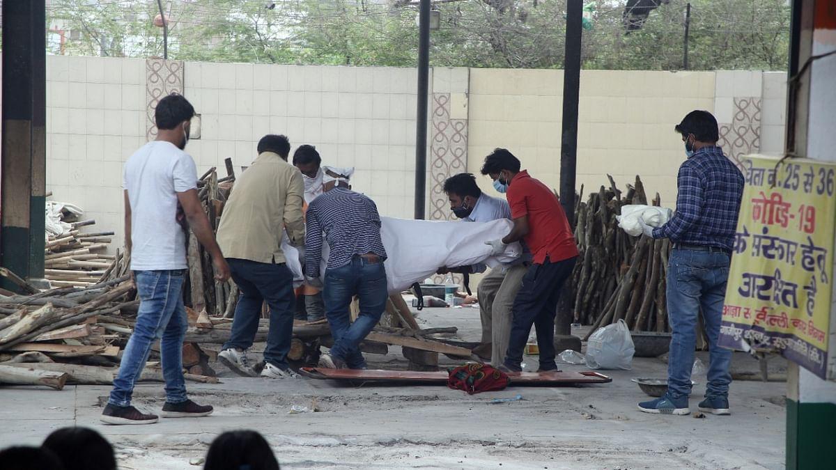 دہلی کے شمشان گھاٹ میں کورنا کے مریضوں کی آخری رسومات ادا ہونے کا منظر / تصویر قومی آواز / وپن