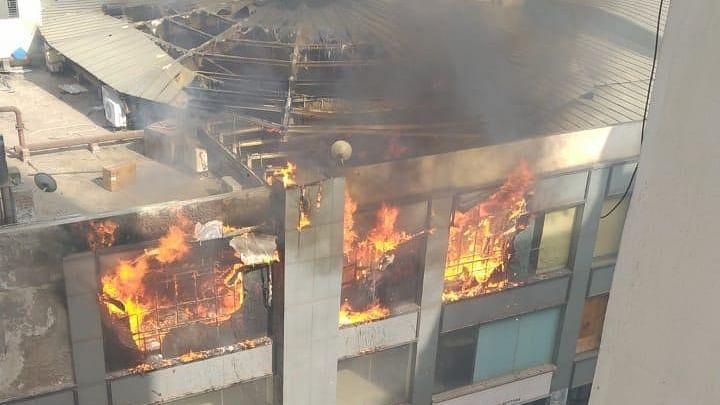 دہلی سے ملحق غازی آباد واقع جے پوریا مال میں زبردست آتشزدگی، اوپری منزل خاک