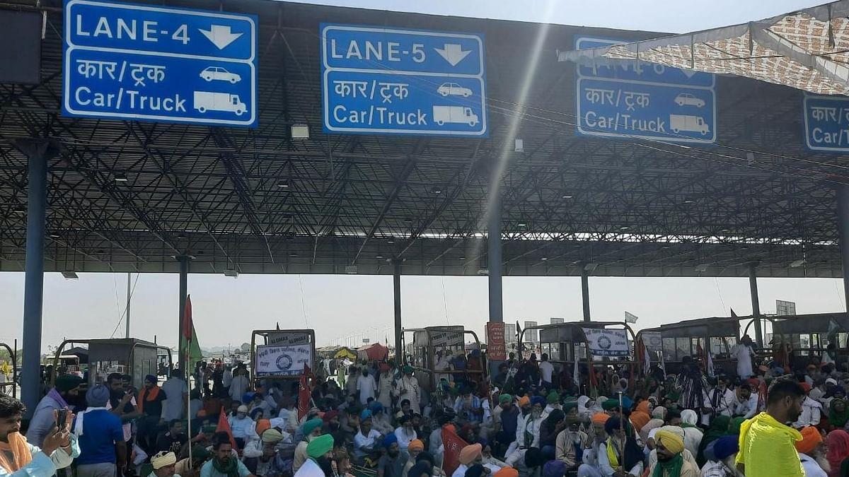 کسان تحریک: مظاہرین نے کے ایم پی شاہراہ کو کیا بند، ٹرالی، گدّے اور چارپائی لے کر بیٹھے کسان