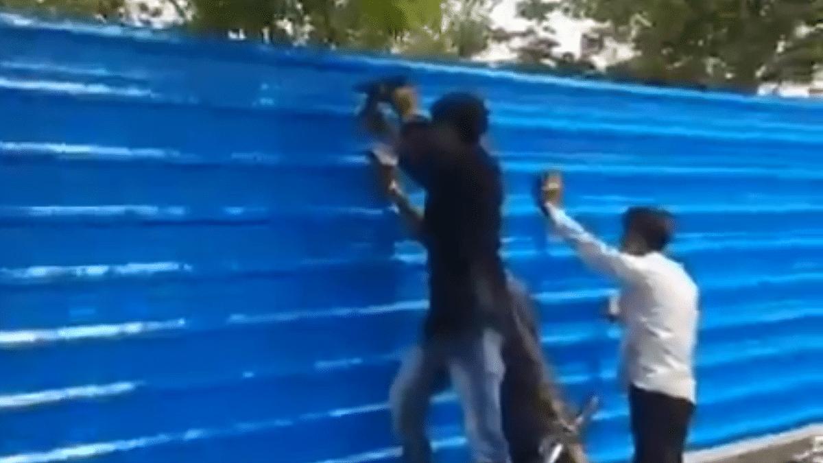 یوگی حکومت کی نااہلی چھپانے کے لیے ٹین شیڈ سے ڈھکا گیا شمشان گھاٹ