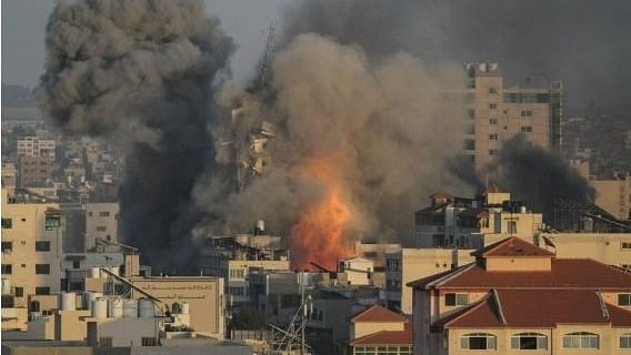 اسرائیلی حملوں میں 103 فلسطینی شہید ، 580 زخمی، ہزاروں بے گھر ، سرحد پر اسرائیلی فوج جمع