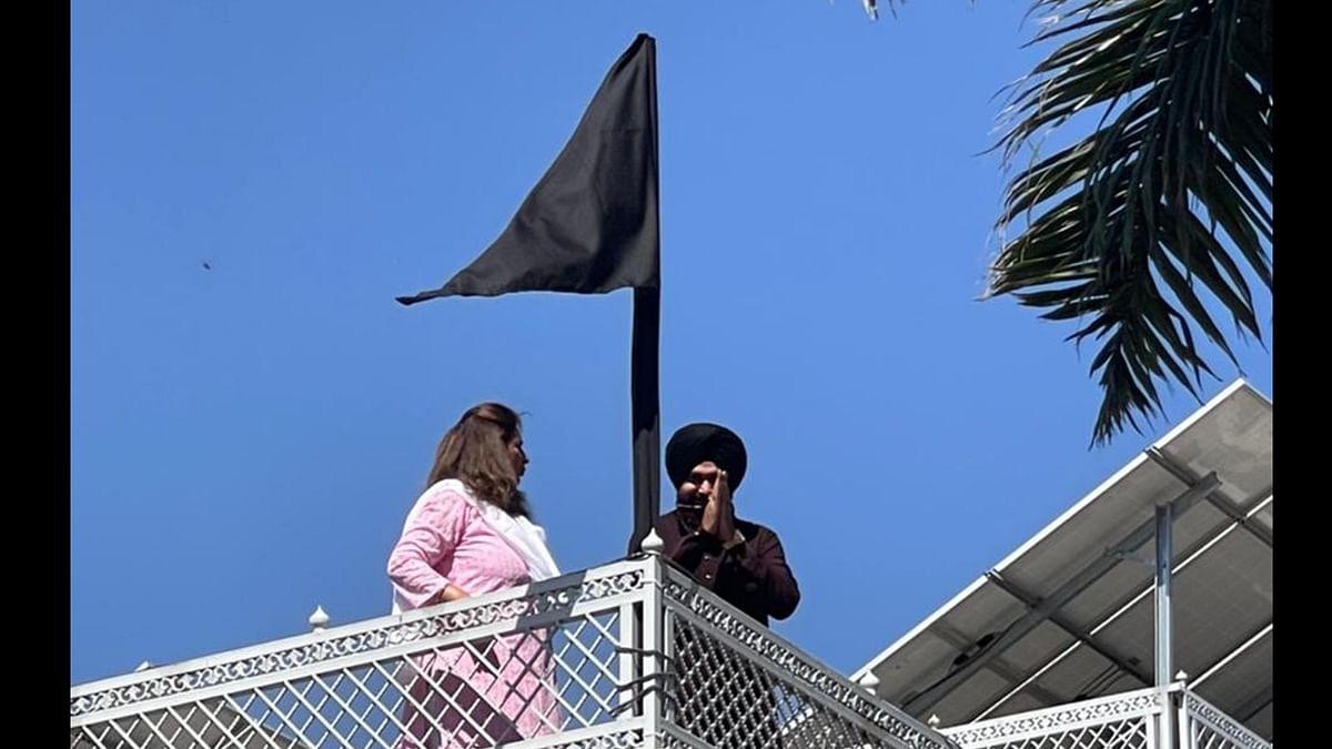 کسان تحریک: سدھو نے گھر پر لہرایا سیاہ پرچم، جدوجہد جاری رکھنے کے عزم کا اظہار