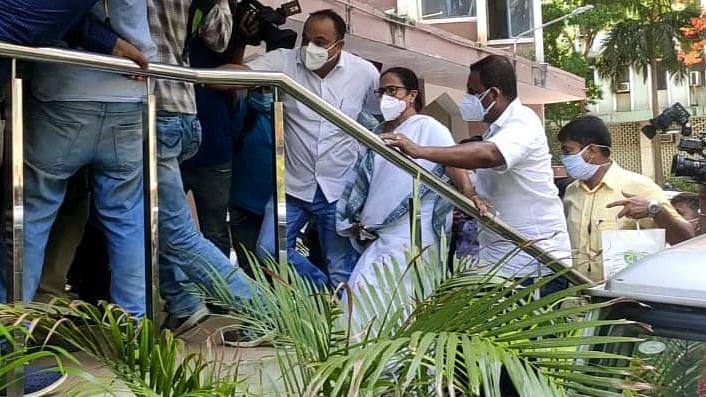 ریاستی وزراء کی گرفتاری سے ممتا بنرجی ناراض، پہنچیں سی بی آئی دفتر