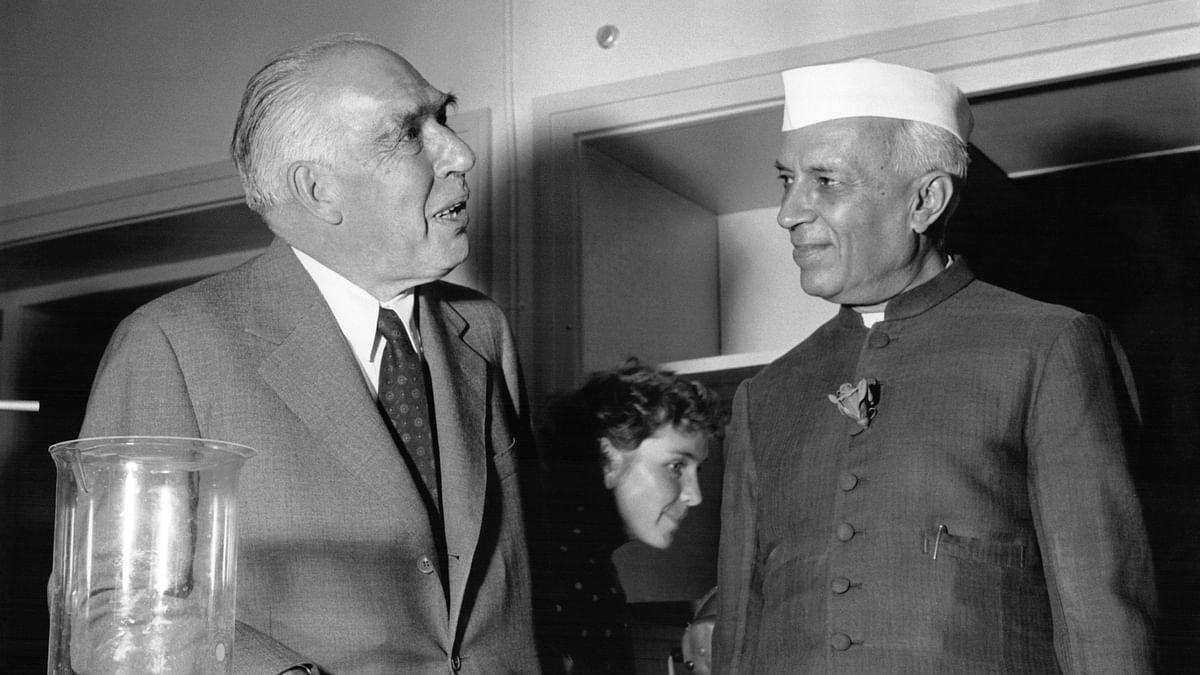 سابق وزیر اعظم جواہر لال نہرو مشہور سائنسداں نیلس بور کے ساتھ / Getty Images
