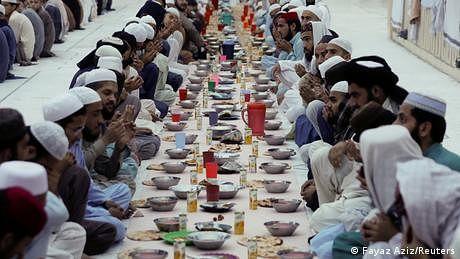 پاکستان ميں باقی سب بند مگر مساجد گنجائش سے زائد بھری ہوئی