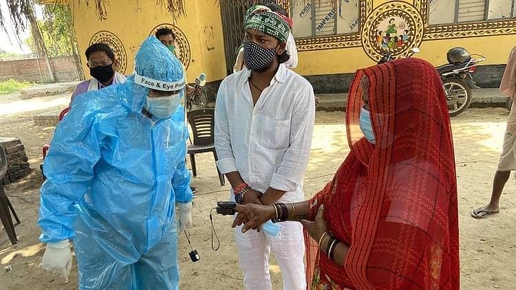 پی ایم مودی کے پارلیمانی حلقہ میں ڈاکٹرس بن گئے 'پھیری والے'، گھر-گھر پہنچ کر مریضوں کی کر رہے جانچ