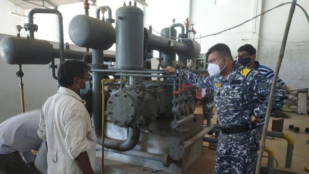 بحریہ کی ٹیموں نے دو آکسیجن پلانٹ ٹھیک کیے