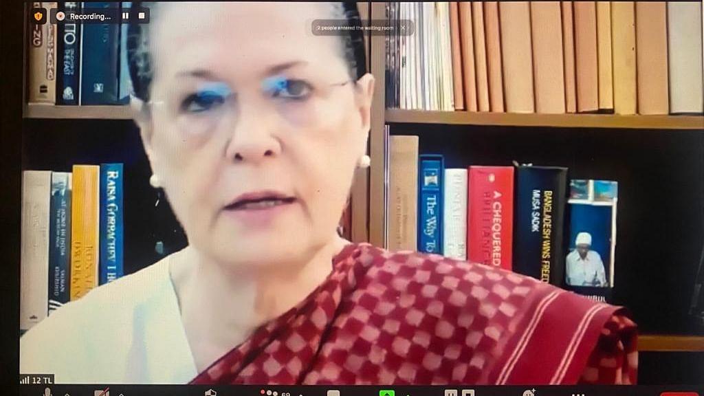 حکومت کورونا سے لڑنے کا لائحہ عمل بنانے کے لیے کل جماعتی اجلاس طلب کرے: سونیا گاندھی