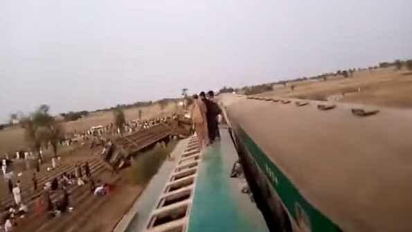 پاکستان میں دو ٹرینوں کی ٹکر، 30 سے زیادہ لوگوں کے مرنے کی خبر