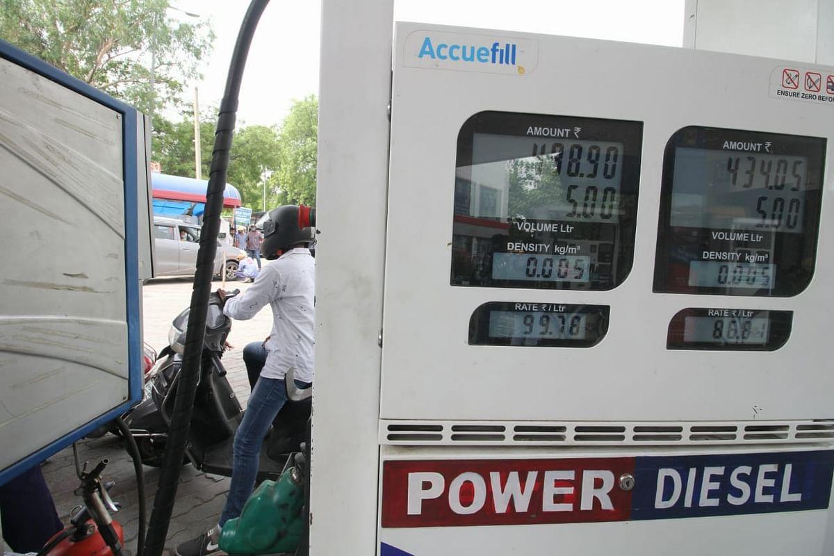 پٹرول-ڈیزل کی بڑھتی قیمتوں کے خلاف این ایس یو آئی بھی سڑکوں پر