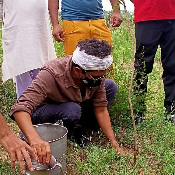 نیم کا درخت لگاتے ہوئے نوازالدین صدیقی