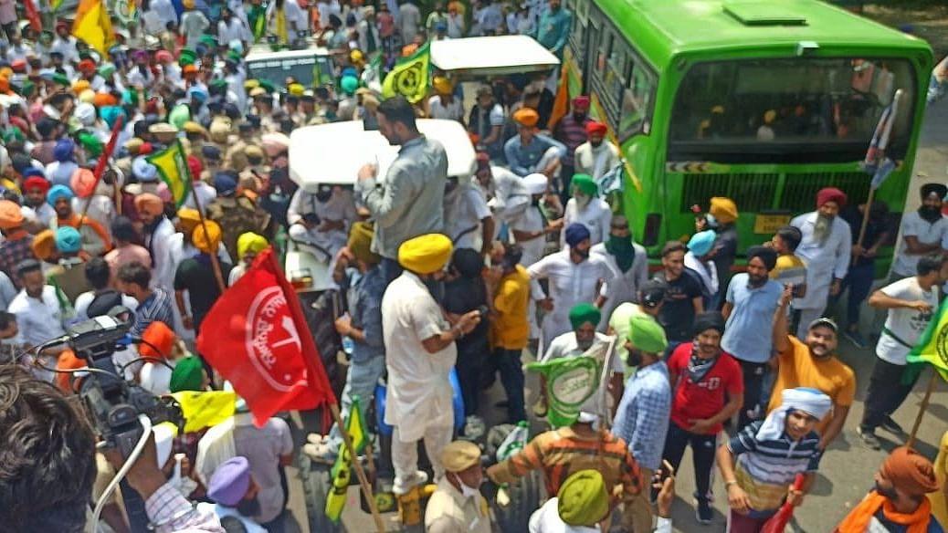 زرعی قوانین کے خلاف کسانوں کا 'راج بھون مارچ'، وزیر زراعت نے کہا 'حکومت مذاکرہ کے لیے تیار'