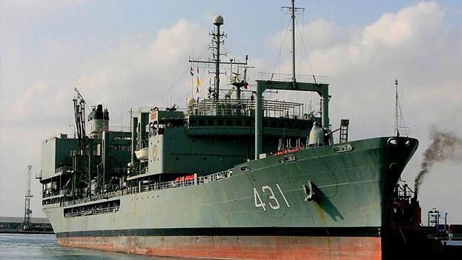 ایرانی بحریہ کا سب سے بڑا جہاز آتشزدگی کا شکار ہونے کے بعد خلیج عُمان میں غرقاب