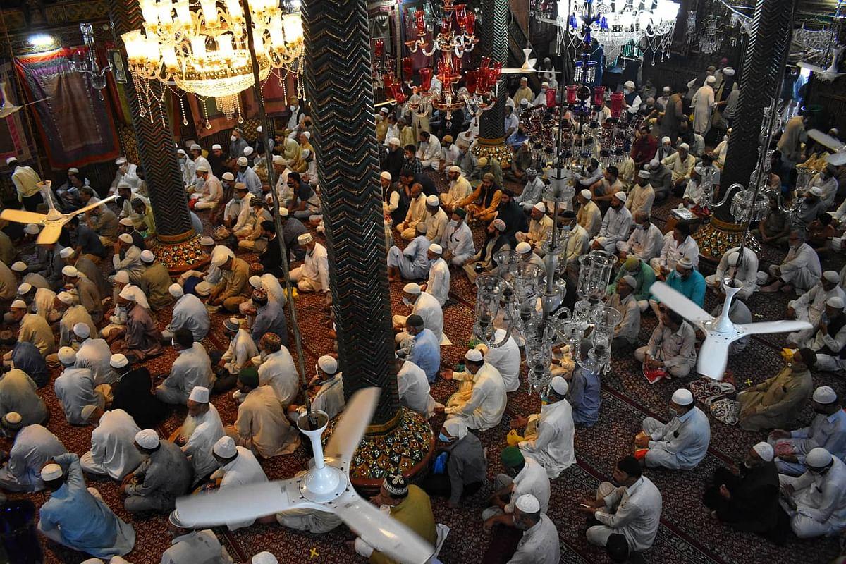 سری نگر کی خانقاہ معلیٰ میں عبادت کرتے فرزندانِ توحید / تصویر بشکریہ ٹوئٹر / @UBAIDMUKHTAR4