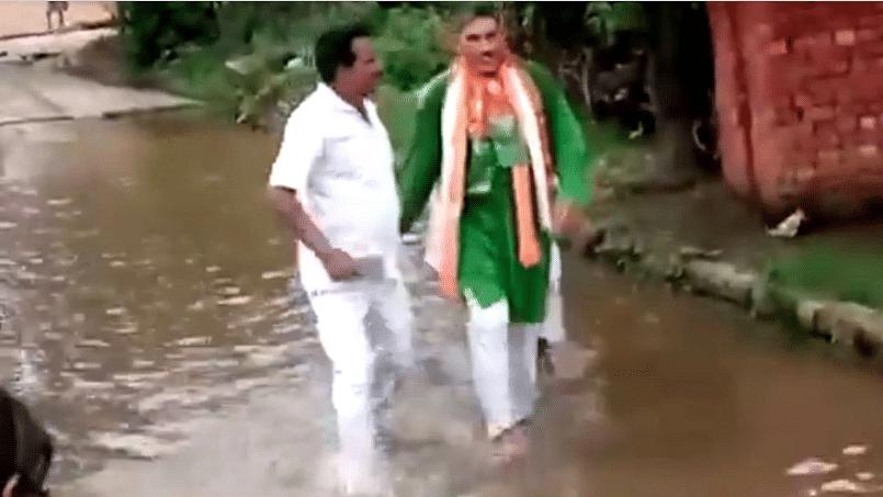 یو پی: ناراض عوام نے بی جے پی رکن اسمبلی کو گندے پانی میں چلنے کو کیا مجبور، ویڈیو وائرل