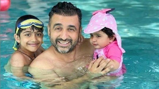 راج کندرا کی بچوں کے ہمراہ ایک فائل تصویر آئی اے این ایس