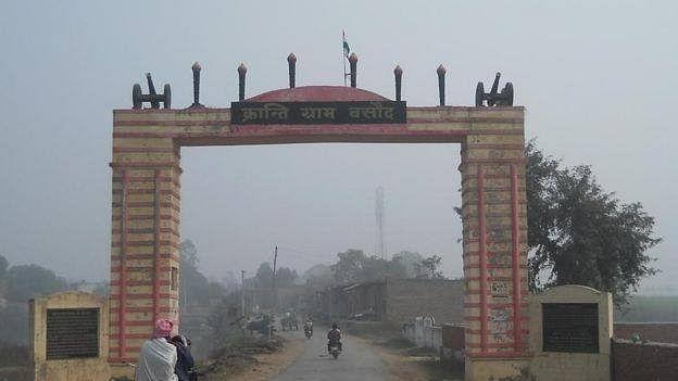 بسودھ گاؤں کے باہر موجود دروازہ / تصویر شاہد صدیقی علیگ