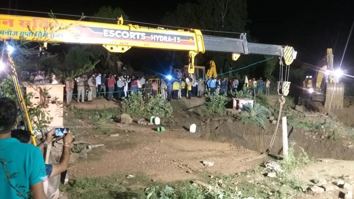 ایم پی: بچے کو بچانے گئے 30 افراد کنویں میں گر گئے، 4 کی موت، ریسکیو آپریشن جاری