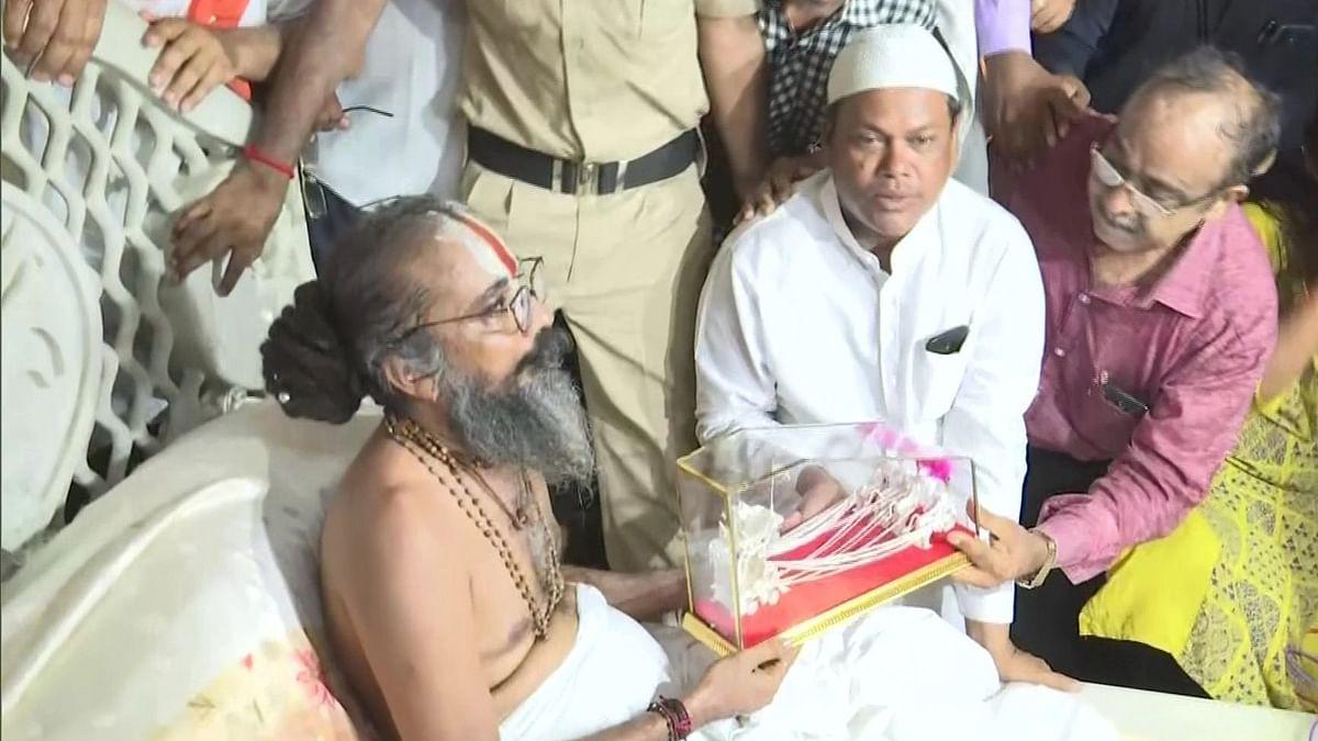 گجرات: رتھ یاترا سے قبل مسلمانوں نے چاندی کا رتھ مہنت کو سونپا