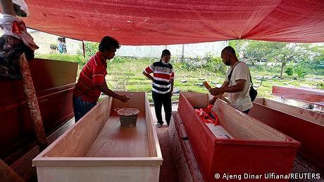 انڈونیشیا: مہلک وبا کے سبب اموات میں اضافہ، تابوت مہنگے ہوتے جا رہے ہیں