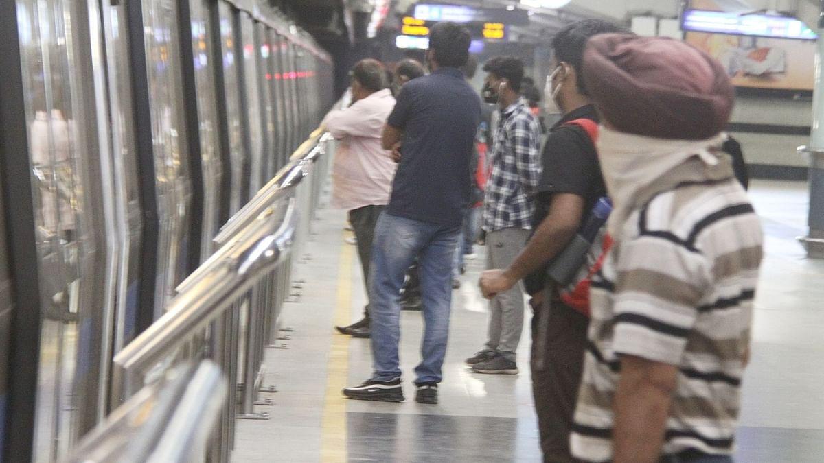 دہلی میٹرو میں تمام سیٹوں پر بیٹھ کر سفر کرنے کا سلسلہ شروع، کھڑے ہونے پر پابندی برقرار