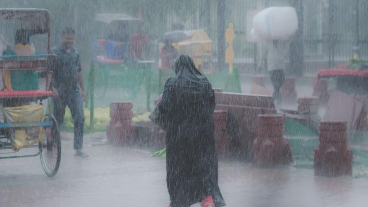 دہلی-این سی آر میں تیز بارش، کئی علاقوں میں پانی کا بھراؤ، ٹریفک جام