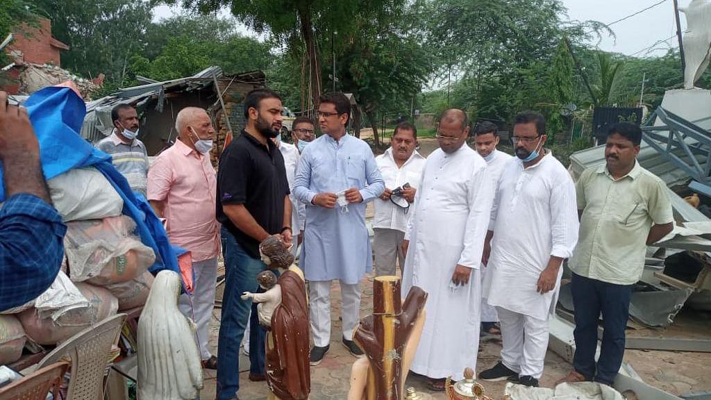 دہلی کانگریس کے صدر چودھری انل کا چھترپور میں مسمار کیے گئے گرجاگھر کا دورہ، از سر نو تعمیر کا مطالبہ