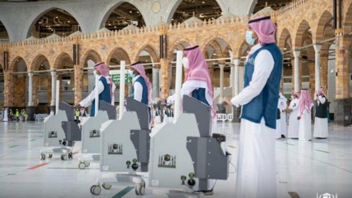 عمرہ سیزن کے آغاز سے قبل مسجد حرام میں سینی ٹائزیشن اور صفائی دن رات جاری