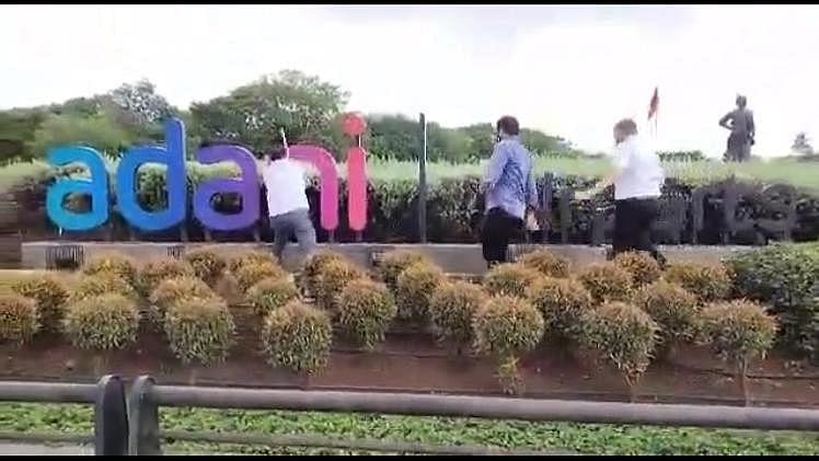 ممبئی ہوائی اڈے کا نام بدلنے پر شیوسینا کارکنان برہم، اڈانی کا ہورڈنگ پھاڑ ڈالا
