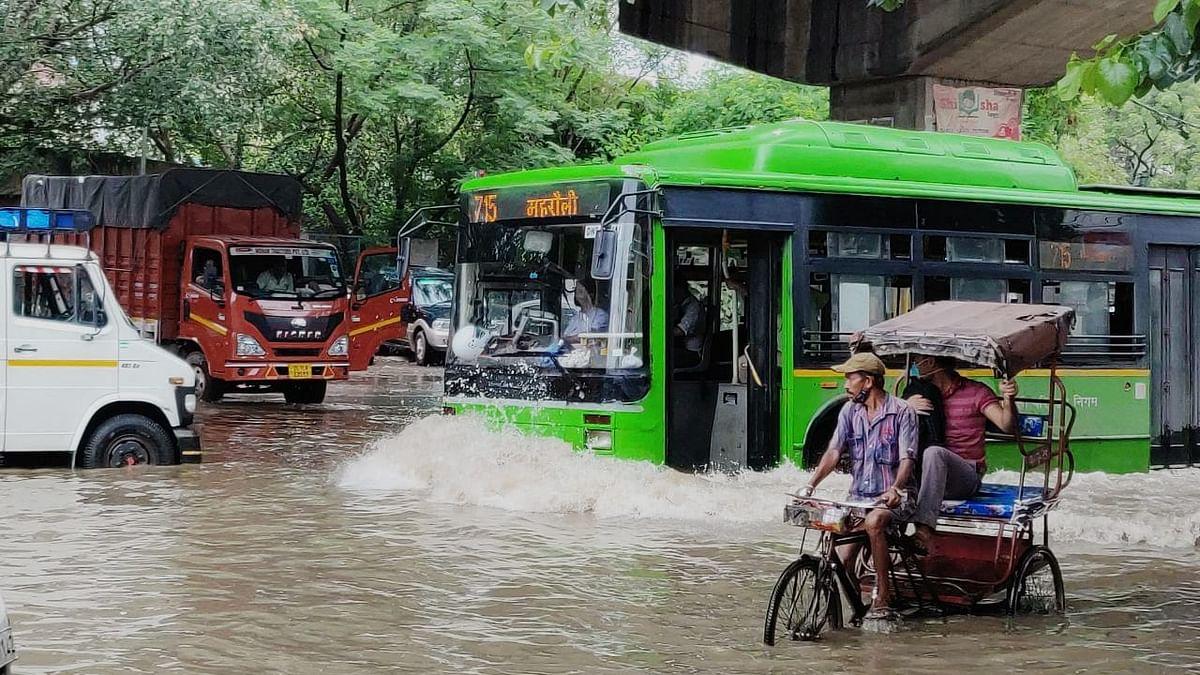 دہلی میں بارش نے توڑا 2009 کا ریکارڈ، سڑکیں ندی میں تبدیل