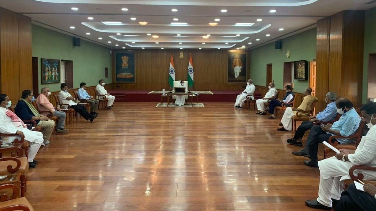 راجیہ سبھا میں مارشلوں کے برتاؤ کے حوالے سے اپوزیشن نے نائب صدر سے ملاقات کی