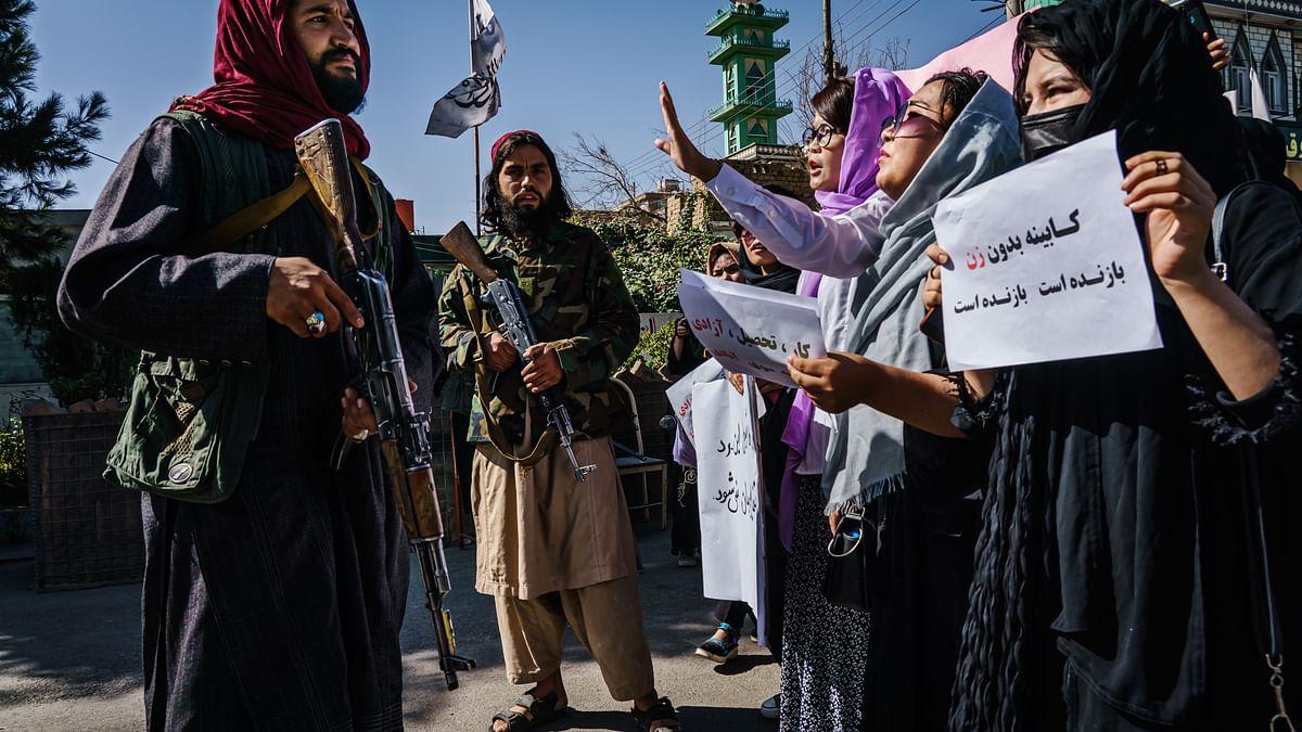 افغانستان میں مظاہرہ کرتیں خواتین / Getty Images