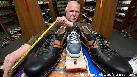 دنیا کے سب سے بڑے پاؤں کے لیے جوتے تیار