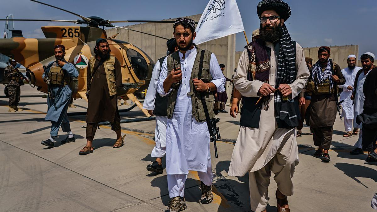 طالبان لیڈر انس حقانی (بیچ میں دائیں جانب) / Getty Images