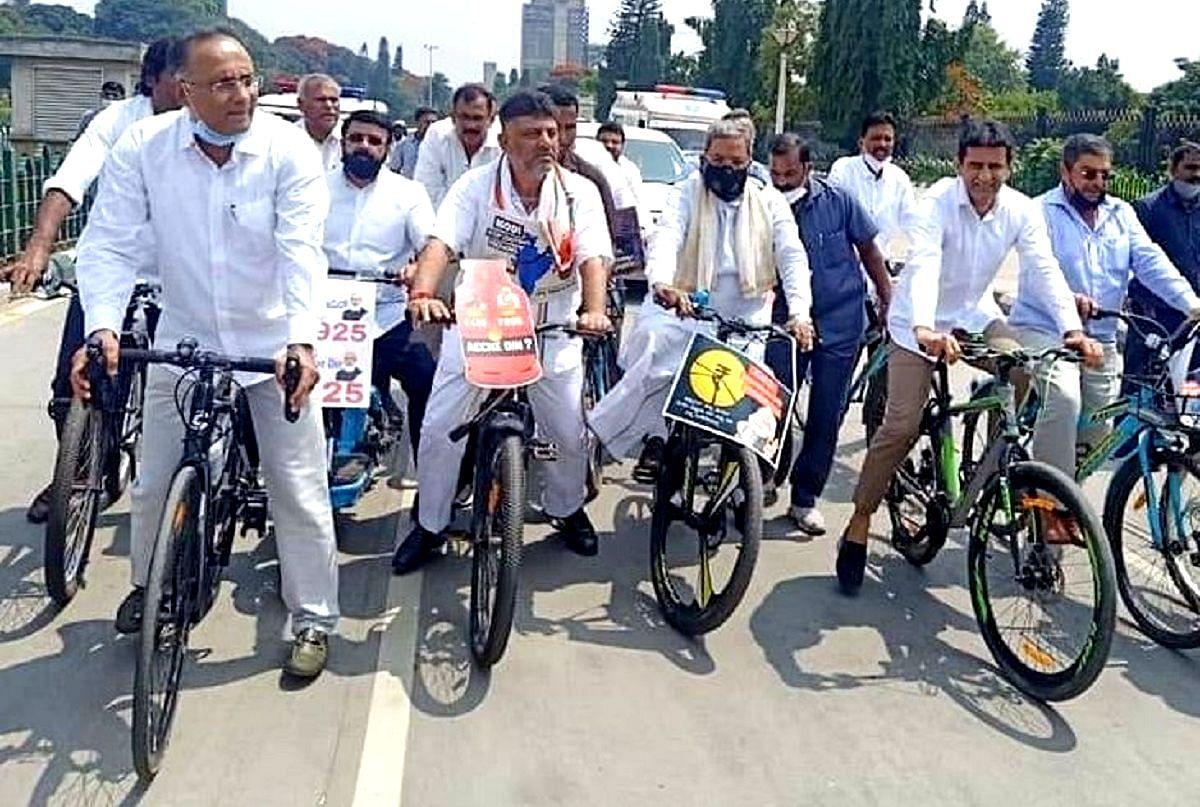 کرناٹک کانگریس نے پٹرولیم مصنوعات کی بڑھتی قیمتوں کے خلاف نکالی سائیکل ریلی