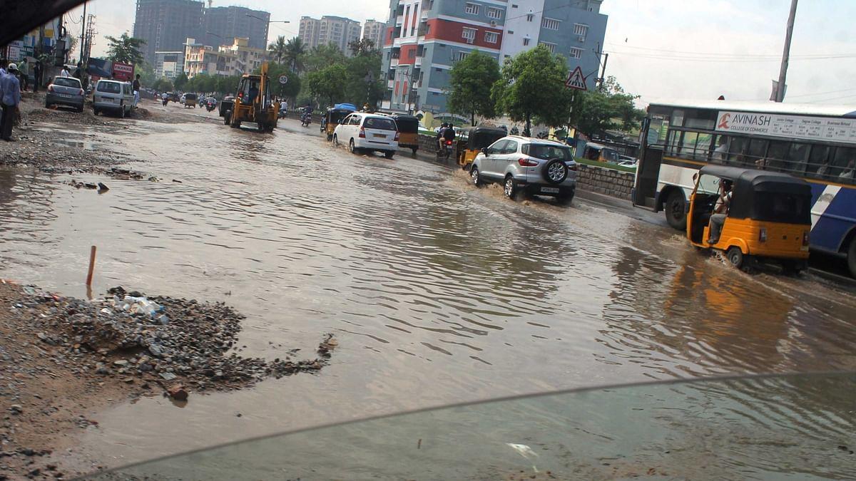 تلنگانہ: بارش سے بے حال سڑکوں کو دیکھ کر نوجوانوں میں غصہ، گھر سے نکل کر کیا انوکھا احتجاج