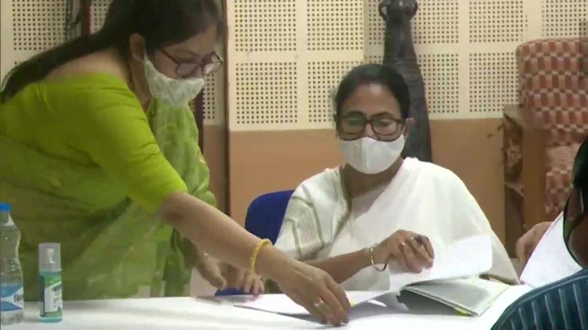 وزیر اعلیٰ ممتا بنرجی نے کاغذات نامزدگی داخل کئے، کارکنان نے لگائے 'کھیلا ہوبے' کے نعرے