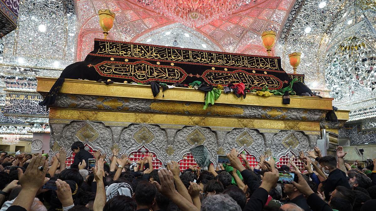 کربلا، عراق: روزہ مبارک حضرت امام حسینؑ پر اربعین کے موقع پر موجود عقیدت مند / Getty Images