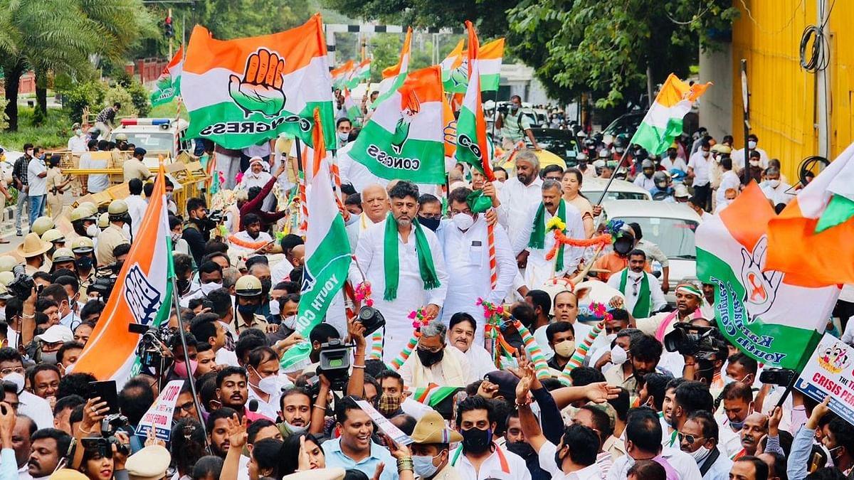 مہنگائی کے خلاف کرناٹک کانگریس کا مظاہرہ، کئی لیڈران بیل گاڑی میں پہنچے اسمبلی
